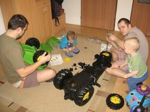 ve kterém byl vysněný traktor, který pomáhali smontovat všichni chlapi :-))
