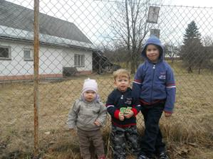 dnešní procházka s babičko a bratranci :-) - Domi o 1 rok a 2 dny starší, Aleš o 5,5 let staršíííí :-)