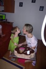 A maminka předává dortík:-)