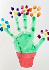 Maminkovský týden_otisk ručičky a prstů (vodové barvy), květník z barevných papírů