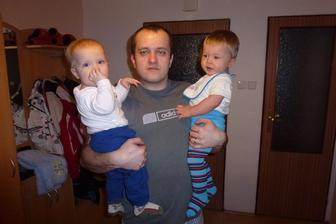 Manža se synovci Petříkem(modré tepláky) a Šimonkem(štrampličky s proužky)-oba shodně 1.rok