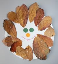 Sluníčko z listí (...vylisované listy špatně lepidlem držely, tak pomohla sešívačka ;-)