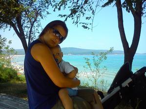 ve stínu a nad útesem = skvělá přírodní klimatizace (čekáme na autobus a tradá domů)