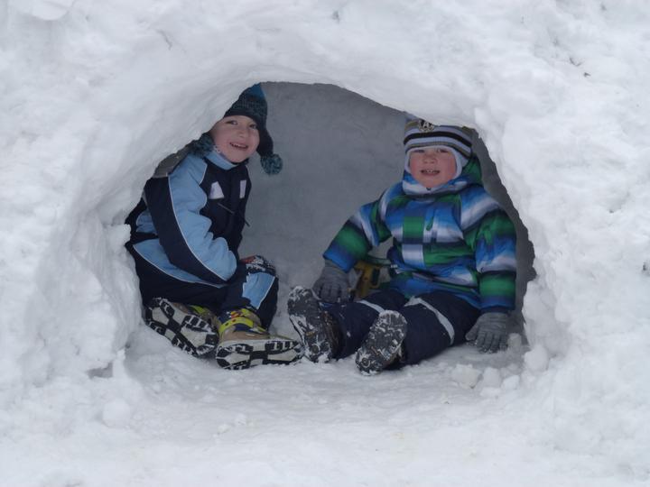 S bratránkem ve sněhovém bunkru:-)