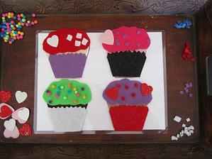tvoření muffinů http://www.playcreateexplore.com/2011/02/no-sew-felt-cupcakes.html