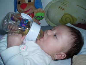 Takhle mě učí maminka pít z flaštičky :-) A že mi to jde :-)