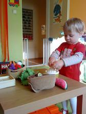 """Po delší době jsme vytáhli Ikea ovoce a zeleninu - na poznávání. Procházíme ovoce a malý """"vzal roha"""". Po chvíli vítězoslavně přichází s odšťavňovačem a """"vymačkal"""" Ikea pomeranč."""