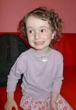 Anička se oblékala v setmělém pokojíčku - vzala si Lelinčino tričko a dali si ho zadkem napředek a ještě naruby :-D