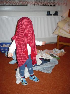 Batole pomáhá s úklidem prádla.