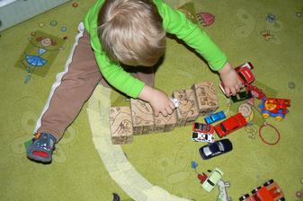 Kostky byly dnes hojně využity také jako dráha. Stavěl si ji sám.