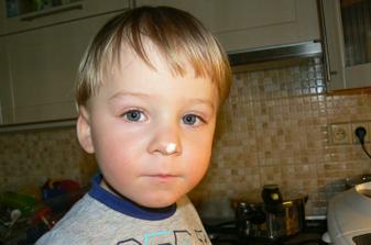 A dnes vedlo pečení chleba v pekárně. Takto dával mouku :-). Ke všemu teď čichá. :-D