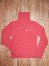 Červený svetr se zajímavým výstřihem, s