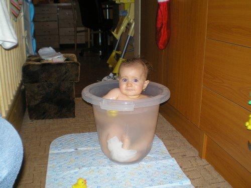11,5 měsíce-ta mamka se snad zbláznila, už jsem přece na koupání v kyblíku trošku velká, ne?!
