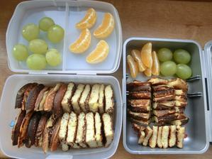 Kynuté špaldové lívance s jablky, hroznové víno, mandarinka