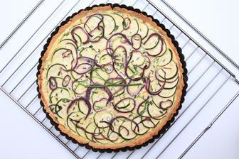 Slaný koláč s cuketou, ricottou a červenou cibulkou