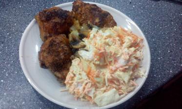 pečené kuřecí horní stehna, salát alá coleslaw