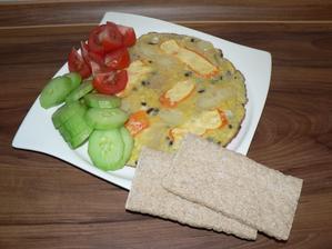 VEČEŘE: (smradlavá :-D) vaječná omeleta s kouskem červené cibulky, pepinu a tvarůžku, zelenina, knekebrot
