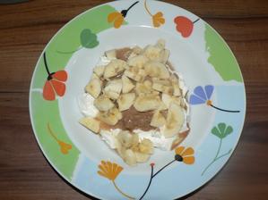 SVAČINA: polovina tvarohu, burákové máslo (bez soli nebo cukru), polovina banánu