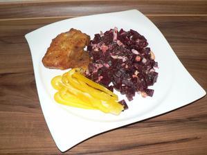 """OBĚD: řízek (obalený ve vajíčku a kukuřičné """"strouhance""""), salát z červené řepy"""