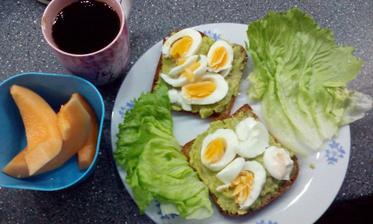 Snidane-brokolicova pomazanka a varene vejce, zitny chleba :)