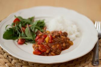 Chilli hovězí s fazolemi, rýže, salát