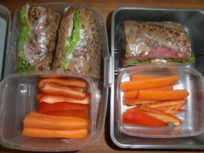 Bageta s gervais, salátem, šunkou nebo vysočinou, mrkev, paprika