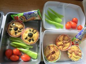 Sýrovo-bylinkové muffiny s pavouky (černé olivy a párek), paprika, rajčátka, štrúdlík