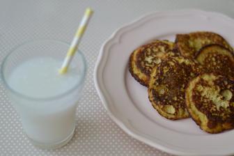 """Banánovo-kokosové lívance s domácím kokosovým """"mlékem"""""""