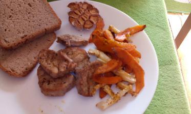 """restovaná vepřová panenka, pečené """"hranolky"""" z dýně a celeru :-) k tomu pečený česnek..."""