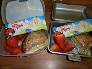 Celozrnný croissant s gervais, salátem a tatransku rolkou (sýr na způsob parenice), sýr a křup a jahody