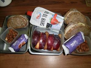 Lámankový chléb, gervais, pórek, royal šunka, gouda; solené mandle, bluma, skyr, milka hvězdičky
