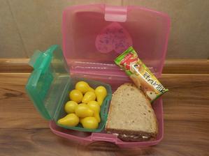staročeský chléb s pomazánkou z domácích křepelčích vajíček (a lučiny), domácí rajčátka žluté hruštičky, Kubík štrůdlík