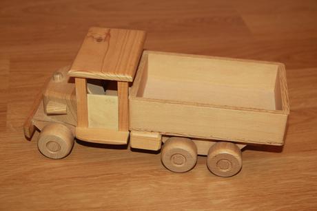 Dřevěné auto náklaďák, délka 29 cm,