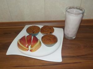 """SNÍDANĚ: celozrnné kokosovo-banánové muffinky, jablíčko, """"shake"""" z poloviny tvarohu a 150ml mléka"""