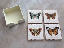 Souprava podtácků s motivem motýlů včetně stojánku,