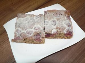 SNÍDANĚ: celozrnná špaldová bublanina (sypaná mletým třtinovým cukrem)