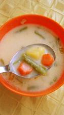 Polievka mliečna,na kyslo so,zemiakmi mrkvou a luskami