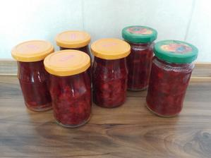 jahodová marmeláda, podle osvědčeného receptu z minulého léta :-), loňské se všechny snědli, děti je milují, tak musíme dělat zásoby :-D