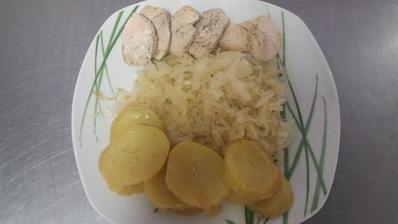Kureci medajlonky,varene brambory ve slupce,kysane zeli