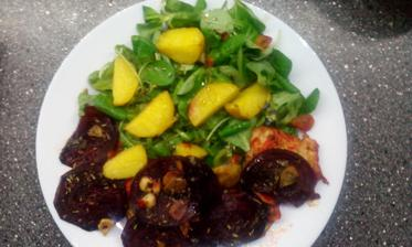 Krůtí maso, pečená červená řepa, salát z polníčku a rukoly a brambory ve slupce :-)