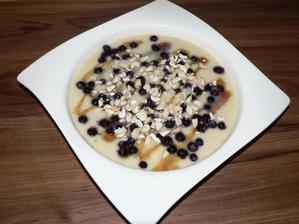 """SNÍDANĚ: jáhlová kaše (Nomina) z rýžového """"mléka"""", borůvky z mrazáku, javorový sirup, kešu"""