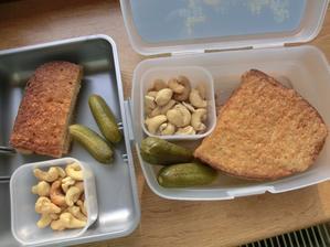 Chleba v županu s hořčicí a jarní cibulkou, kyselé okurky, kešu oříšky