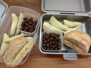 Celozrnná houska s máslem a medem; hruška; cereální kuličky