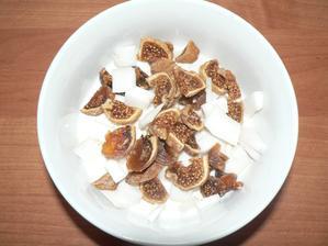 SVAČINA: bílý jogurt, kousky čerstvého kokosu, sušené fíky