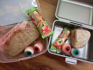 Lámankový chléb s gervais, salátem, šunkou nejvyšší jakosti a červenou paprikou, želé oči, štrúdlík. Květuška má chlebík s paštikou a červenou papriku