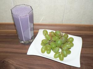 SVAČINA: mléčný koktejl s borůvkama a trochou (zbylou) namočených špaldových vloček, hroznové víno