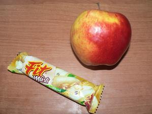 SVAČINA: jablko, musli tyčinka