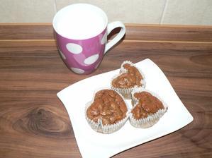 SNÍDANĚ: banánové muffinky s para ořechy (výýýborné!), teplé mléko s lžičkou medu