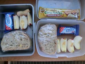 Dřevorubecký chléb se salámovou pomazánkou, koko, jablko, müsli tyčinka