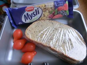 Chia chléb s máslem a vajíčkem na tvrdo, ovesná tyčinka, cherry rajčátka